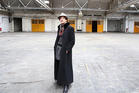 Anna Maria Krassnigg in der Expedithalle in der ehemaligen Ankerbrotfabrik
